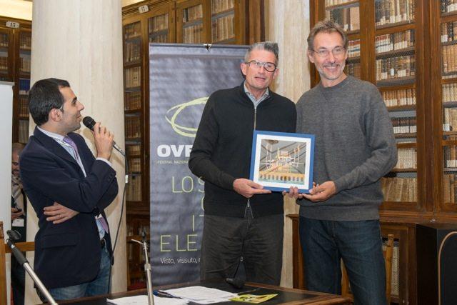 Andrea Zorzi consegna Premio Pindaro ad Andrea Lucchetta per il cartoon IL SOGNO DI BRENT_Overtime Film Festival 2013