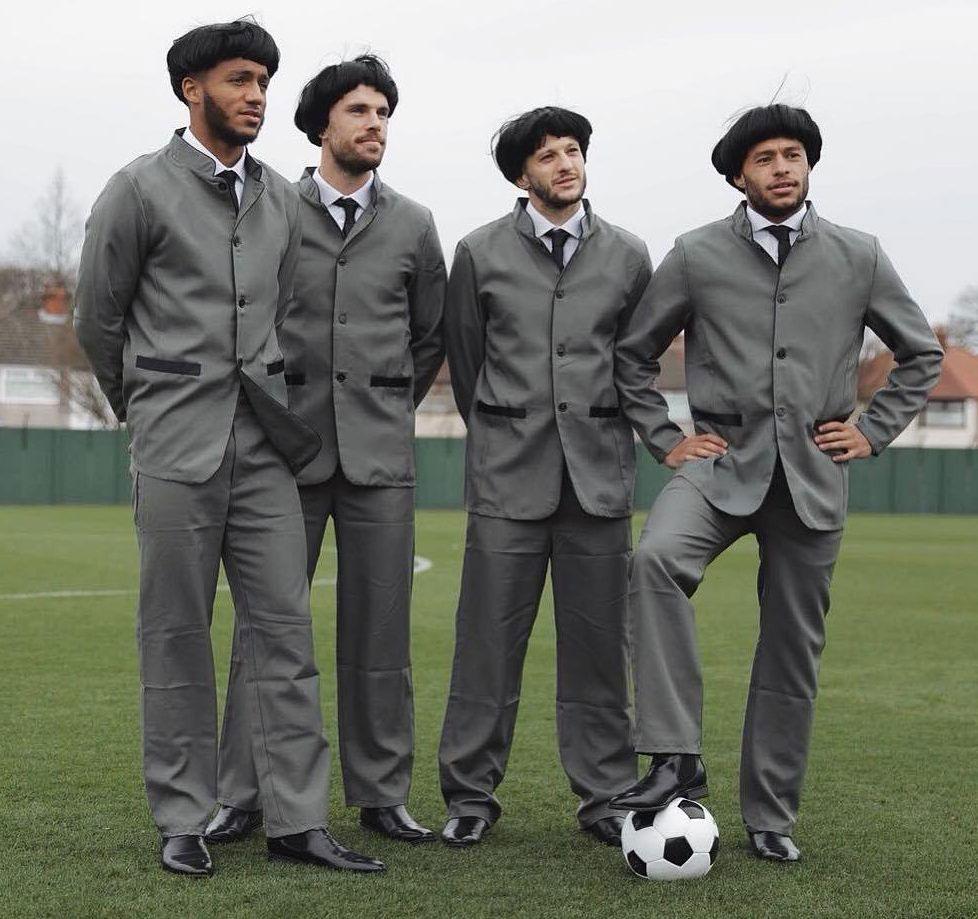 Joe Gomez, Jordan Henderson, Adam Lallana e Alex Oxlade-Chamberlain omaggiano la band di Liverpool prima dell'amichevole Olanda-Inghilterra del 23 marzo 2018 (thesun.co.uk)